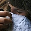Zwei junge Frauen umarmen sich.