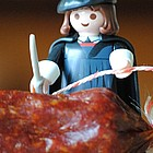 Playmobil-Luther schneidet die Luther-Salami an